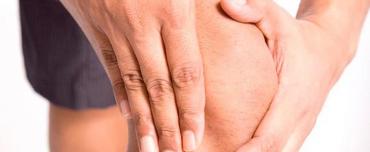 С чем может быть связана боль в колене при долгом сидении?