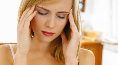 ПМС у женщин: перечень симптомов и лечение, причины и отзывы